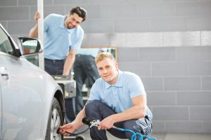 odzież robocza w warsztacie samochodowym: spodnie, koszulki, bluzy